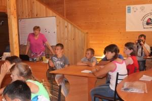 Ходоревская Р.П. рассказывает участникам смены о важности сохранения осетровых