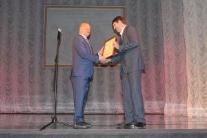 Директор заповедника Николай Цымлянский получает награду от администрации города