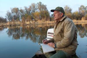 Герман Русанов проводит маршрутный учет птиц в заповеднике