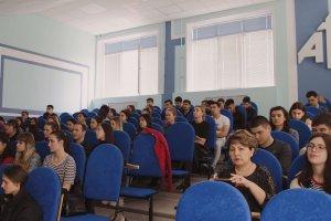 Студенты внимательно слушают лекцию