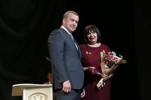 Сергей Морозов награждает Галину Замятину