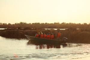 На лодке во время живописного заката