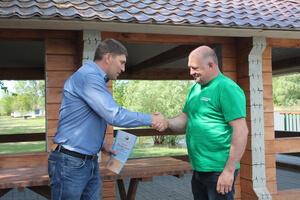 Николай Цымляский награждает старшего государственного инспектора отдела охраны Константина Дюкова