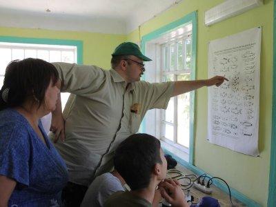 Ихтиолог Степан Подоляко рассказывает студентам про виды рыб