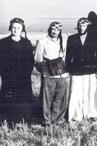 Директор В.В.Решеткин (в 1951-1956 гг.) в центре
