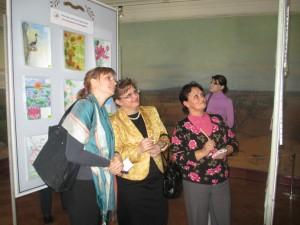 Преподаватели голосуют на выставке рисунков