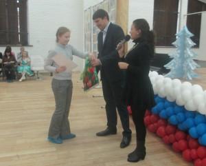 Директор заповедника Н.А.Цымлянский вручает призы победителям