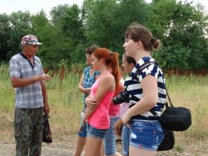 Гид Дмитрий Левченко с участниками группу. Крайняя справа - волонтер Мария Лосева.