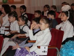 За приключениями Белоснежки и ее друзей школьники наблюдали с большим интересом.