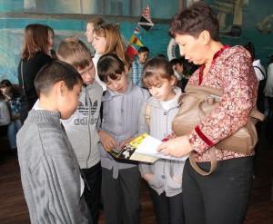 Школьники и преподаватели с большим интересом изучали буклеты о флоре и фауне Астраханского заповедника