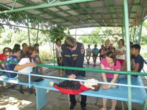 Спасатель А.Алексанян демонстрирует приемы помощи пострадавшим