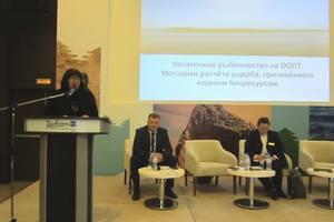 Заместитель директора по охране заповедника Галина Замятина разбирает проблемы незаконного рыболовства