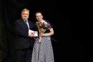Пётр Костенич награждает Наталью Мех