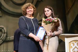 Ирина Родненко награждает Турану Ализаде