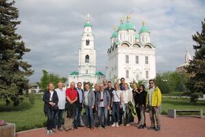 На фоне Успенского собора