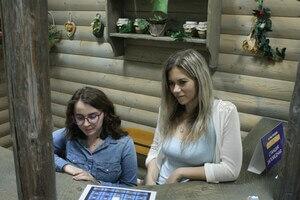 Елена Хищенко и Турана Ализаде - ведущие викторин