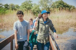 Сотрудница заповедника Марина Вильданова проводит экскурсию