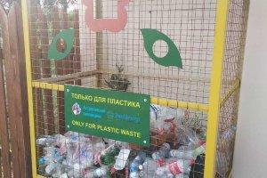 Контейнер для сбора пластиковых отходов на центральном кордоне Дамчикского участка Астраханского заповедника