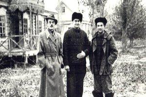 Директор  Ю.В. Курочкин (в 1960 - 1964 гг.) справа